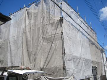山梨県南都留郡にて外壁塗装用の防護ネット取り付け。