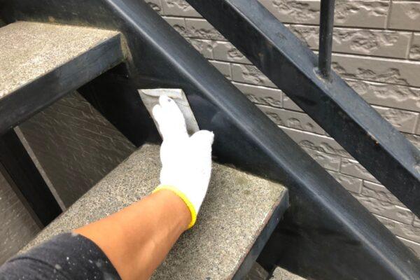 山梨県南都留郡にて鉄骨階段塗装の下準備!