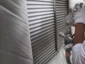 山梨県南都留郡にて外壁塗装用の雨戸塗装作業!